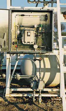 Mass flow injector designed to be mounted in hazardous environment associated wi